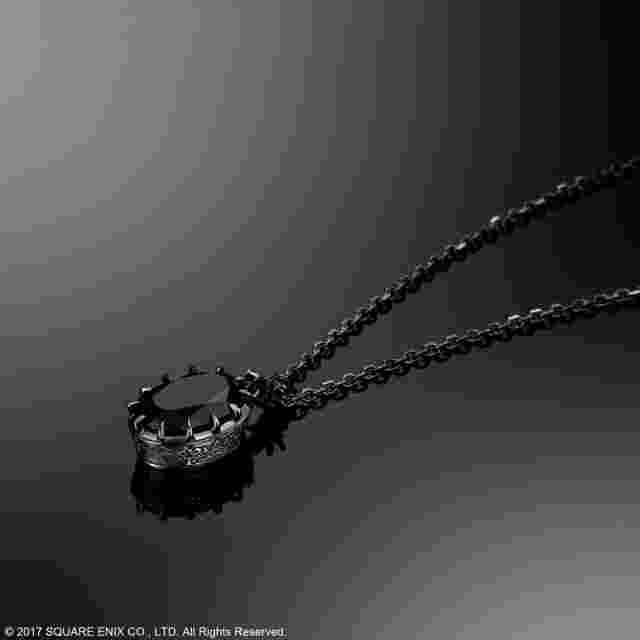 Capture d'écran du jeu NIER:AUTOMATA SILVER NECKLACE - 2B (YORHA NO. 2 TYPE B)