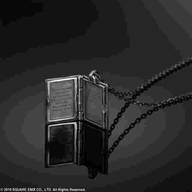 Screenshot des Spiels NIER Silver Locket Pendant - Grimoire Weiss